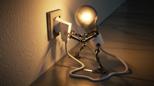ahorrar luz en verano enchufe